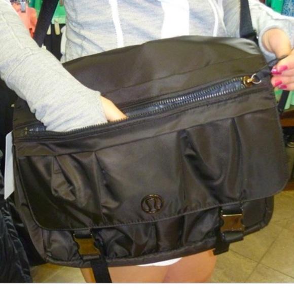 d88eb85efaf8 lululemon athletica Handbags - Lululemon urban yogini messenger laptop bag